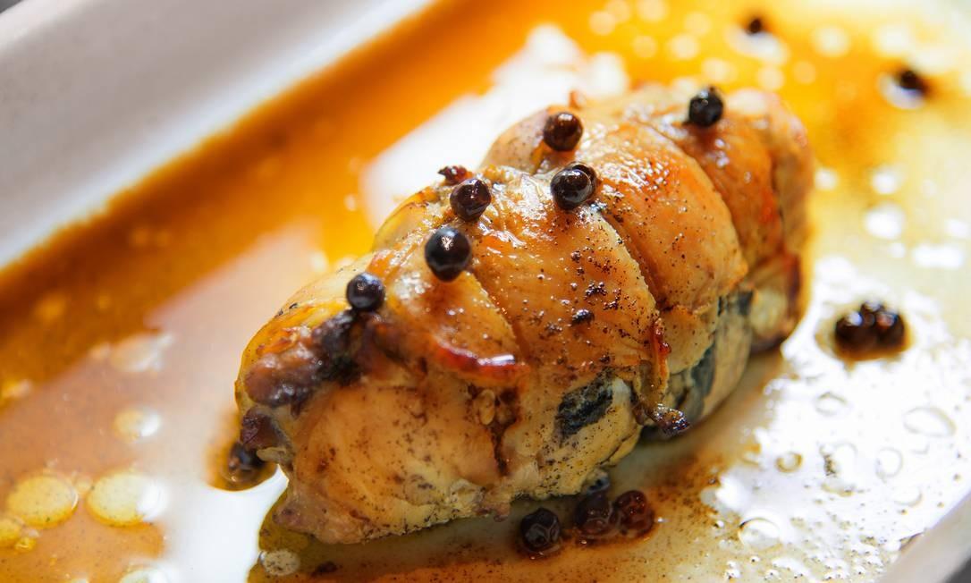 No Marré de Si, o peito de frango vem recheado com bacon, cream cheese, cogumelo, vermute, caldo de galinha e zimbro. Os clientes podem escolher uma salada e farofa ou purê de acompanhamento (R$ 45). Foto: Divulgação. / Divulgação.