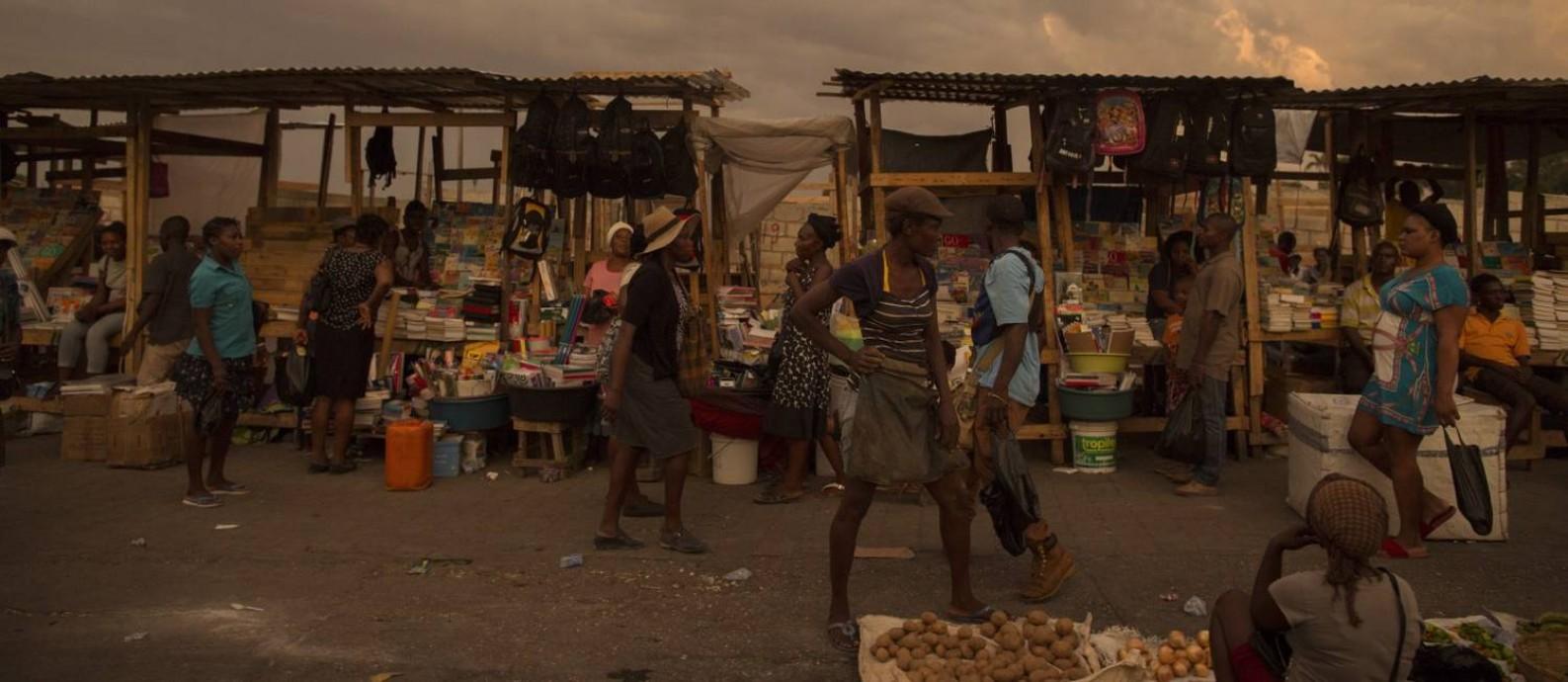Nas laterais das ruas, os haitianos vendem o que podem; moradores sofrem com a miséria, a pouca estrutura e a incerteza na saída da missão de paz da ONU Foto: Daniel Marenco / Agência O Globo