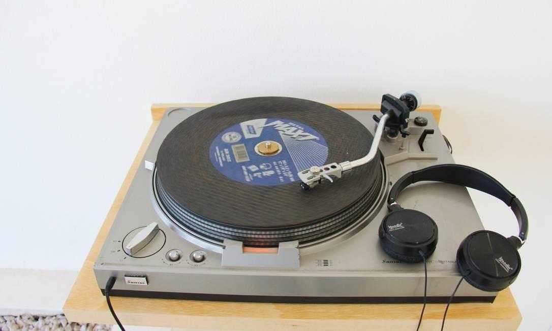 Em 'Vitrola e lixa', de Gustavo Torres, um disco de lixa corrói de forma destrutiva a agulha da uma vitrola Foto: Divulgação