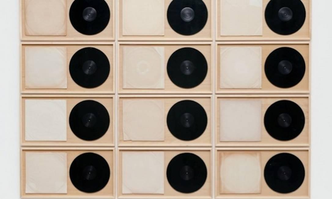 'Em branco', de Chiara Banfi, faz parte de uma série entitulada 'Discos vazios', onde um conjunto com LPs é sempre apresentado ao lado dos envelopes que os protegem Foto: Divulgação