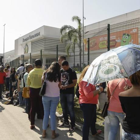 Fila para conseguir emprego em um shopping da Zona Norte do Rio. Foto de Gabriel de Paiva/ Agência O Globo