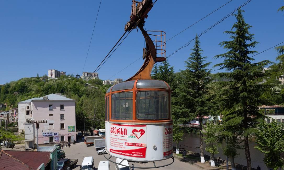 Um dos bondinhos que fazem parte do sistema de teleféricos de Chiatura, instalados em 1954 e ainda em atividade nesta cidade mineradora da Geórgia Foto: David Gubler / Wikimedia Commons