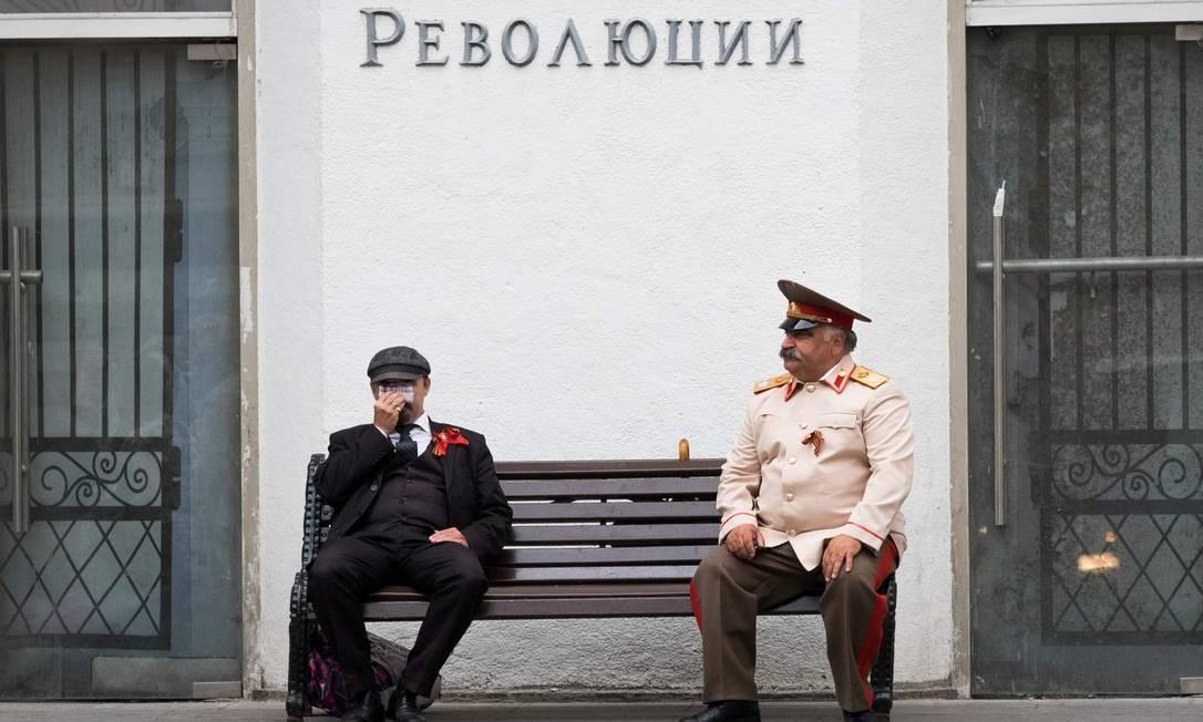 """Imitadores de Lenin e Stalin batem ponto no centro de Moscou. No ano do centanário da Revolução Russa, a cidade é destino certo para quem quer """"revisitar"""" a antiga União Soviética Foto: YURI KADOBNOV / AFP"""