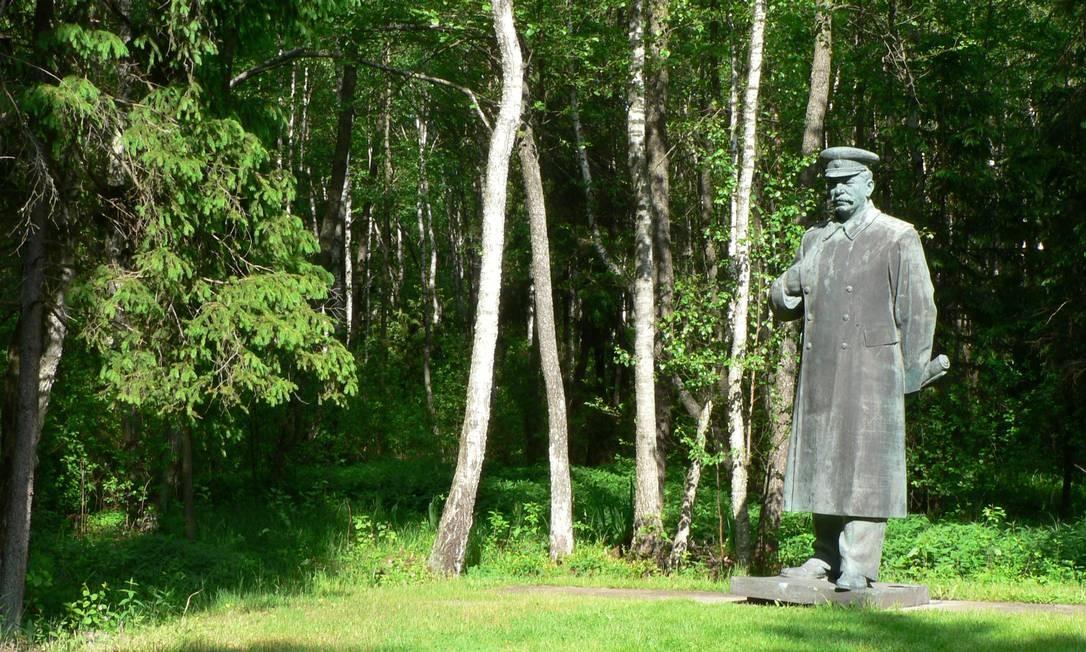 """Na Lituânia, no entanto, Stalin não tem a mesma popularidade. Suas estátuas, assim como as de outros líderes soviéticos, foram parar no Grutos Parkas, espécie de """"parque-temático"""" da Cortina de Ferro Foto: Wojsyl / Wikimedia Commons"""
