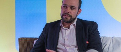 O diretor administrativo e financeiro Carlos Brandão explica os detalhes da iniciativa. Foto: Marco Sobral /G.Lab