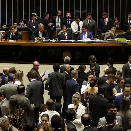 Presidente do Senado, Eunício Oliveira, preside Sessão Conjunta do Congresso Nacional no plenário da Câmara, que foi até a madrugada. Foto: Givaldo Barbosa/Agência O Globo
