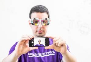 Para melhorar os resultados, é preciso usar um óculos de papel Foto: Dennis Wise/University of Washington