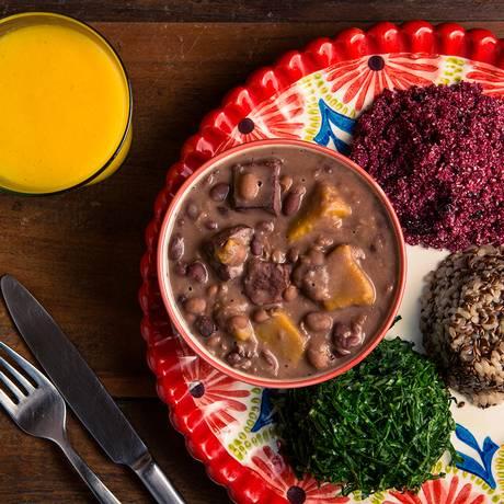 Feijoadavegetariana com farofa de beterraba, arroz integral e couve do .Org Bistrô Foto: Tomas Rangel / Divulgação/Tomas Rangel