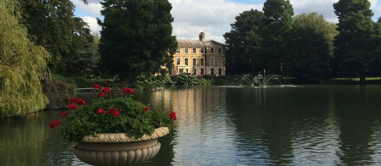 Lago de Kew Gardens, um dos maiores jardins botânicos do mundo, no Sul de Londres Foto: Claudia Sarmento