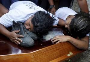 Desespero. Parentes choram a morte de adolescente baleado enquanto trabalhava em um ferro-velho no Chapadão Foto: Domingos Peixoto / Agência O Globo