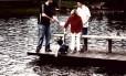 Kalil Bittar(irmão de Fernando), Fernando Bittar, Guilherme Bittar (filho de Fernando) e Dona Marisa no lago do sítio de Atibaia