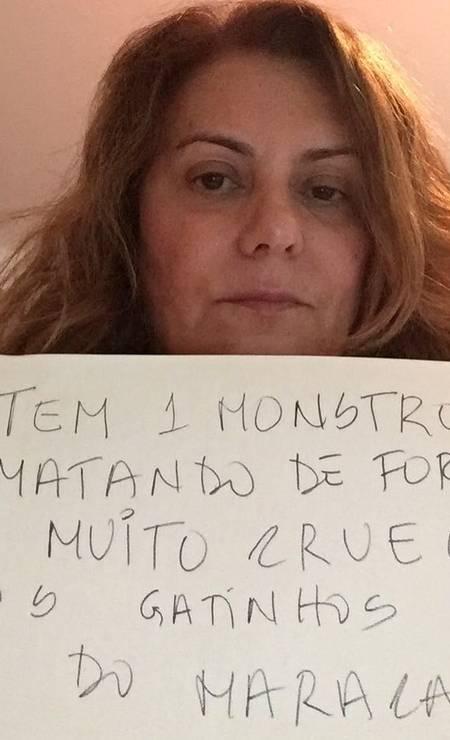 Atriz Patricya Travassos mostra o cartaz sobre a campanha Foto: Divulgação