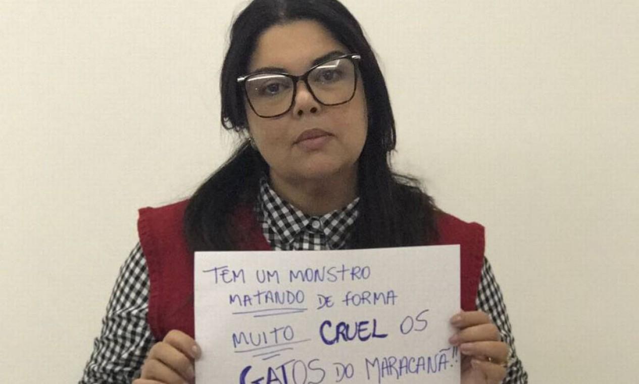 A atriz Fabiana Karla também mostra o cartaz da campanha Foto: Divulgação