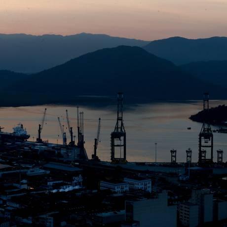 Porto de Santos, um dos pontos de escoamento das exportações brasileiras Foto: Agência O Globo