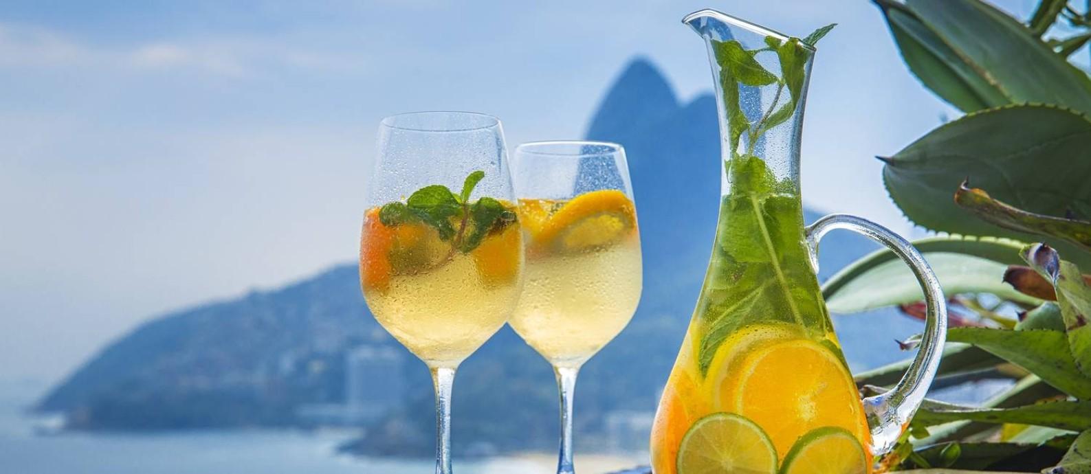 O clericot do 7zero6, combina vinho branco ou vinho ou espumante brut, frutas cítricas picadas, licor de laranja e gelo Foto: Divulgação/Beto Roma