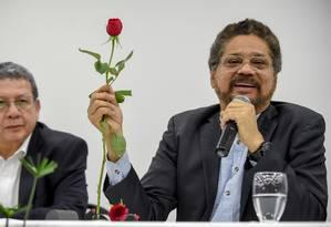 O líder das FARC, Ivan Marzquez segura uma rosa, novo símbolo do partido Força Alternativa Revolucionária do Comum (FARC), durante o Congresso Nacional do grupo nesta sexta-feira Foto: RAUL ARBOLEDA / AFP
