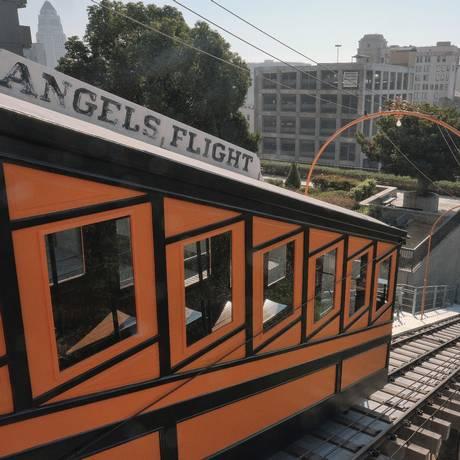 Um dos vagões do funicular Angels Flight, reaberto em agosto, em Downtown Los Angeles, na Califórnia Foto: Richard Vogel / AP