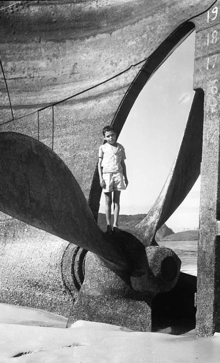 """""""Assim está a hélice do cargueiro Camboinhas, cada vez mais enterrada na areia da Praia de Itaipú, onde crainças brincam no velho navio encalhado"""" Foto: Agência O Globo / Arquivo"""