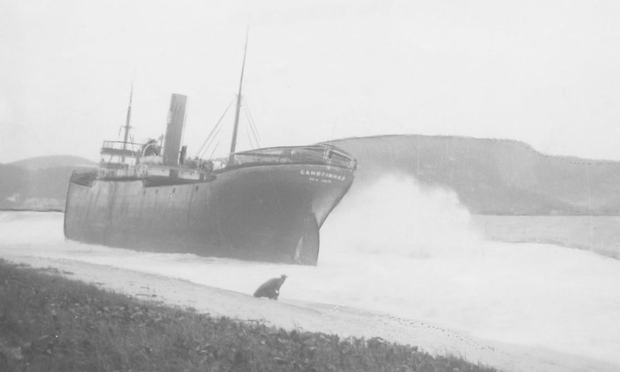 """""""O velho cargueiro Camboinhas, encalhado na Praia de Itaipú, espera ainda pelo sucesso das operações de salvamento"""", dizia a legenda da foto, em maio de 1958. Foto: Agência O Globo / Arquivo"""