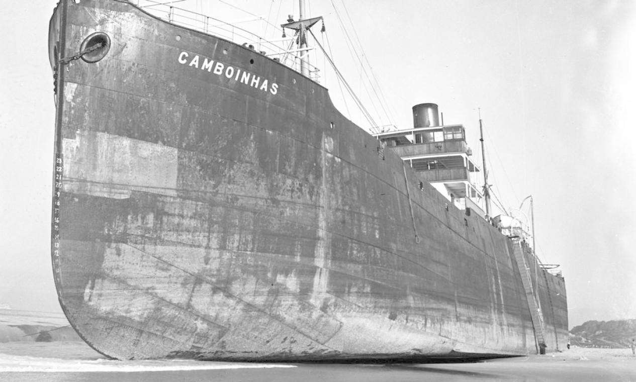 """31/05/1958 - """"O grande cargueiro, encalhado nas areias da Praia de Itaipú"""" Foto: Agência O Globo / Arquivo"""