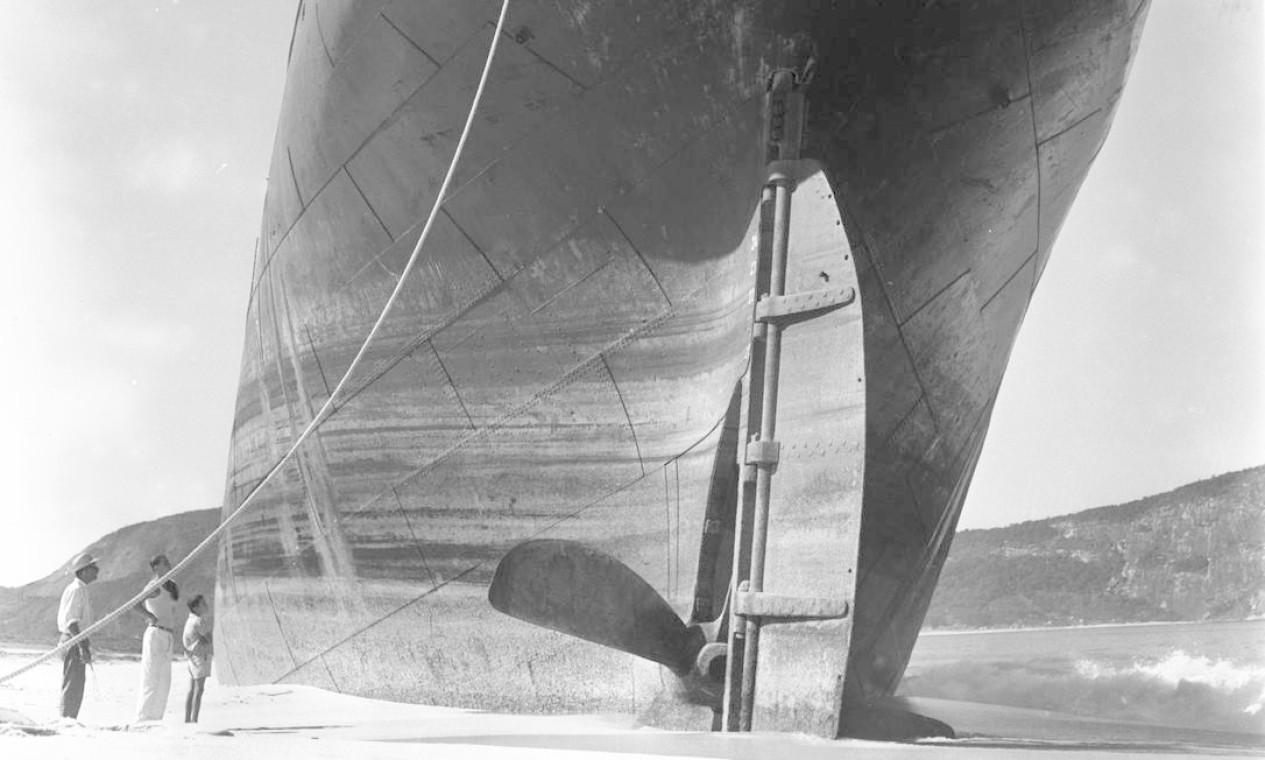 """02/06/1958 """"O grande cargueiro encalhado nas areias da Praia de Itaipú"""" Foto: Agência O Globo / Arquivo"""
