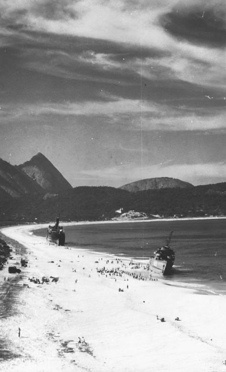 O Camboinhas e a corveta Angostura encalhados na praia Foto: Divulgação