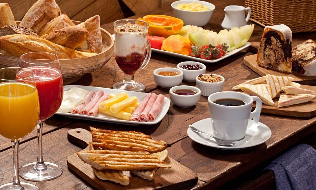 """A Casa Carandaí tem sugestões à la carte, como as porções de frios (R$ 10, 50) e de queijos (R$ 10,50), cesta com pães de produção própria (R$ 14,50), porção de tostex no pão de miga com queijo e presunto (R$ 26,50, com seis), entre outras. Para beber, opções como chocolate quente (R$ 10,50), chá (R$ 8,50), café """"espresso"""" (R$ 6,50) ou coado (R$ 5,90). Casa Carandaí: Rua Lopes Quintas 165, Jardim Botânico — 3114-0179. Seg a sáb, das 8h30 às 22h. C.C.: Todos. Foto: Rodrigo Azevedo / Divulgação/Rodrigo Azevedo"""