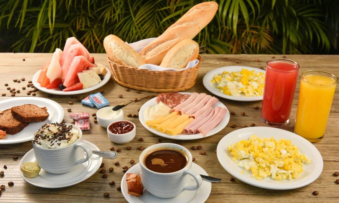 Misto de delicatessen, pâtisserie, café e mercado, o Empório CR serve café da manhã para duas pessoas (R$48), com dois sucos, duas bebidas quentes (café 'espresso', cappuccino ou chocolate quente), seleção de pães, queijos e frios, ovos mexidos (duas porções), porção de manteiga, geleia e cream cheese, porção de frutas em lâminas e bolo do dia. Empório CR: Avenida Ayrton Senna, 2.541, Barra — 97608-6986. Diariamente, das 8h às 22h. C.C.: Todos. Foto: Divulgação/Bruno de Lima