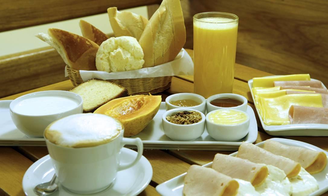 O café da manhã simples (R$39) da Deli 43 conta com cesta de pães, frios, queijo, manteiga, geleia, fruta e bebida quente. Deli 43: Rua João Lira 97, loja A e B, Leblon — 2294-1745. Diariamente, das 9h às 23h. C.C.: Todos. Foto: Divulgação/Fabio Rossi