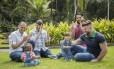Os coordenadores do Cores da Adoção, Renan Sanandres (à esquera) e Saulo Amorim, com Teodoro; e Thiago Ferreira e Daniel Lage, com Dom