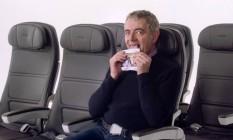 Rowan Atkinson interpreta Mr. Bean no vídeo de segurança da British Airways Foto: Youtube / Reprodução