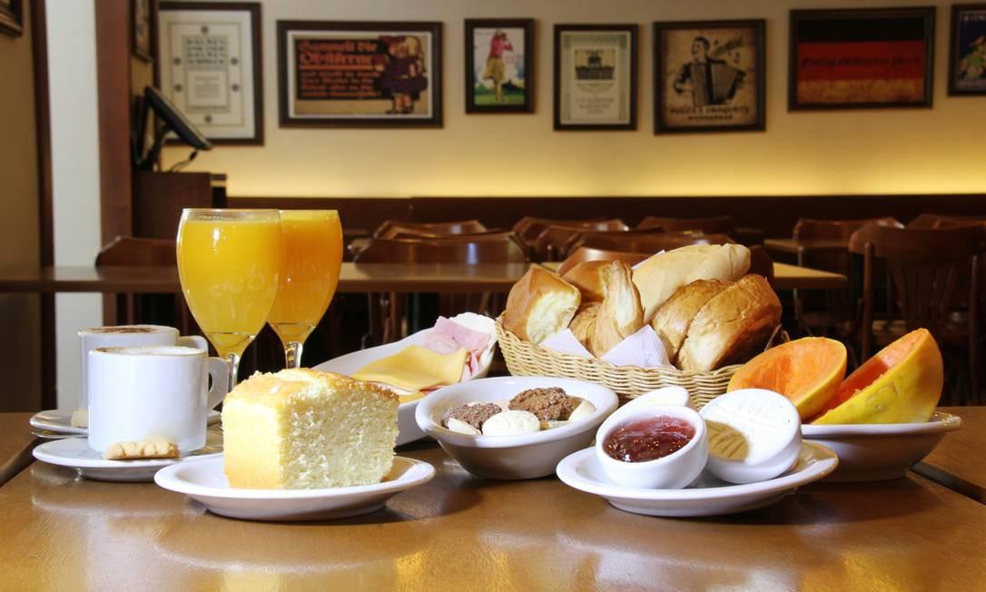 Na Casa do Alemão, o café Zona Sul (R$ 59,50, para duas pessoas) vem com duas bebidas quentes (café com leite, cappuccino, chocolate quente ou chá), dois sucos de laranja, manteiga, geleia, cream cheese, presunto, peito de peru, queijo minas e prato, pães variados, fatia de bolo de laranja ou mesclado, biscoito sortido e mamão. Casa do Alemão: Av. Ataulfo de Paiva 644, Leblon — 2540-7900. Diariamente, das 8h à meia-noite. C.C.: Todos. Foto: Divulgação/André Schiavone