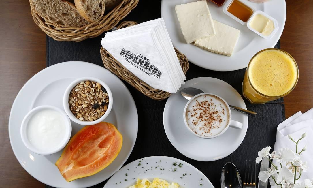 """Na Le Dépanneur, o café que leva o nome da casa (R$ 49,90) traz cesta de pães de fabricação própria, duas fatias de presunto ou peito de peru, duas fatias de queijo prato ou minas, iogurte com granola, bolinho da casa, meio mamão papaia, suco de laranja, manteiga, requeijão, mel, geleia, café """"espresso"""" e ovos mexidos com requeijão. Le Dépanneur: Avenida Afrânio de Melo, 290, piso 0 — 2512-6961. Seg a sáb, das 8h30 às 23h30. Dom, das 8h30 às 22h. C.C.: Todos. Foto: Divulgação/Fabio Rossi"""