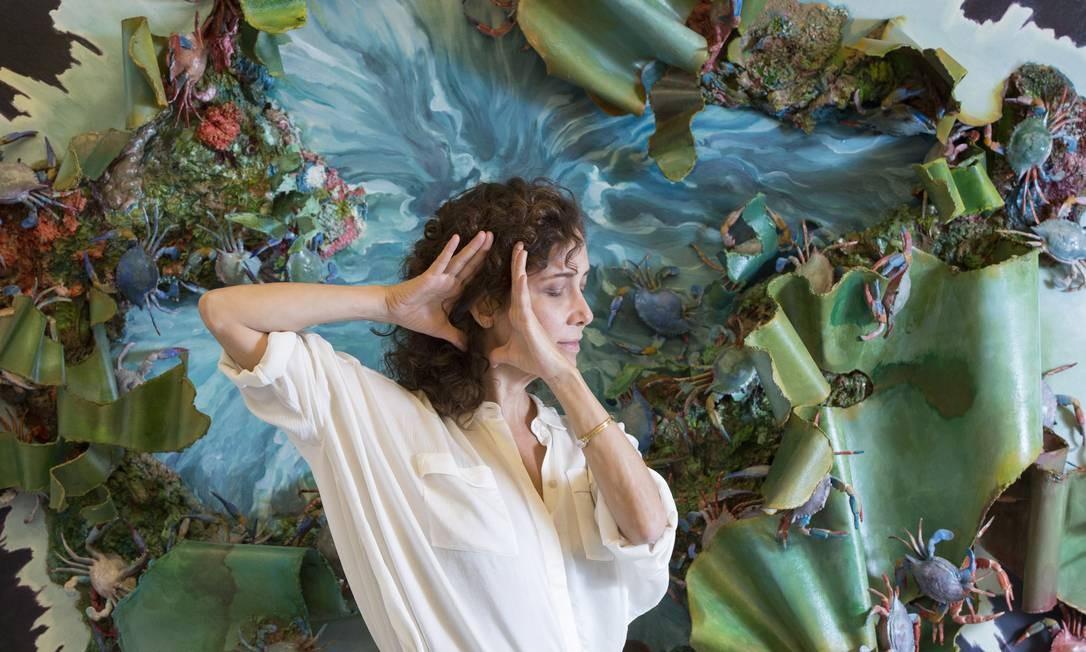 """Adriana Varejão em frente a """"Olho d'água"""", de 2010, uma das obras selecionadas para a mostra Foto: Ana Branco / Agência O Globo"""