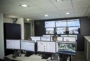 Monitoramento. Central foi montada com o investimento de empresários da Barra da Tijuca e entorno e fornece imagens e informações para a polícia Foto: Analice Paron / Agência O Globo