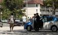 Policiais monitoram a orla de Charitas: efetivo na cidade teve aumento médio diário de cem homens