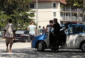 Policiais monitoram a orla de Charitas: efetivo na cidade teve aumento médio diário de cem homens Foto: Agência O Globo / thiago freitas