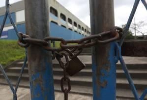 RI Rio de Janeiro (RJ) 27/11/2015. Escolas Públicas em áreas de risco.Ciep com portão fechado em Acarí. Foto Custodio Coimbra Foto: Custódio Coimbra / Custódio Coimbra/27-11-2015
