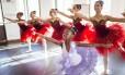 """Garra e paixão. Ketlyn, de 8 anos, dança há quatro e faz aulas no Cantagalo e no Centro. Ela quer se tornar uma bailarina profissional: """"Eu não vou desistir"""""""