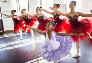 """Garra e paixão. Ketlyn, de 8 anos, dança há quatro e faz aulas no Cantagalo e no Centro. Ela quer se tornar uma bailarina profissional: """"Eu não vou desistir"""" Foto: Fernando Lemos / Agência O Globo"""