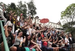 Turistas posam em frente ao Convento de Santo Antônio, no Largo da Carioca, antes de seguir em caminhada pelo Centro histórico com empresa especializada em free walking tour Foto: Julio Cesar Guimaraes / Julio Cesar Guimarães