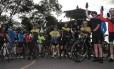 Ciclistas exibem na Vista Chinesa, no Parque Nacional da Tijuca, seus celulares, ferramentas de mobilização contra a insegurança no local