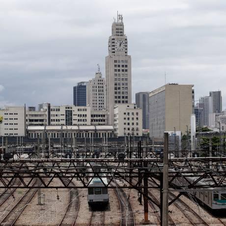 Trens na Central do Brasil: Rio deve se apropriar melhor das estruturas do transporte sobre trilho Foto: Agência O GLOBO / Márcio Alves/06-11-2015
