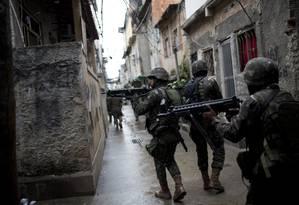 Soldados no Jacarezinho, na Zona Norte Foto: Silvia Izquierdo / AP/21-08-2017