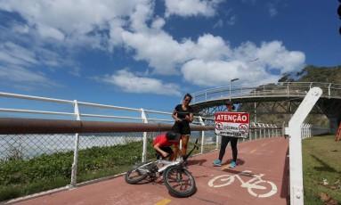 Ciclistas e pedestres ultrapassam o bloqueio na Ciclovia Tim Maia Foto: Fabiano Rocha / Agência O Globo