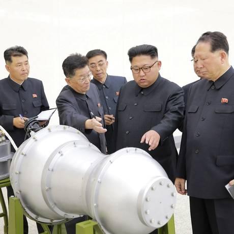 Líder norte-coreano Kim Jong-un dá instruções no programa de desenvolvimento de armas nucleares Foto: KCNA / REUTERS