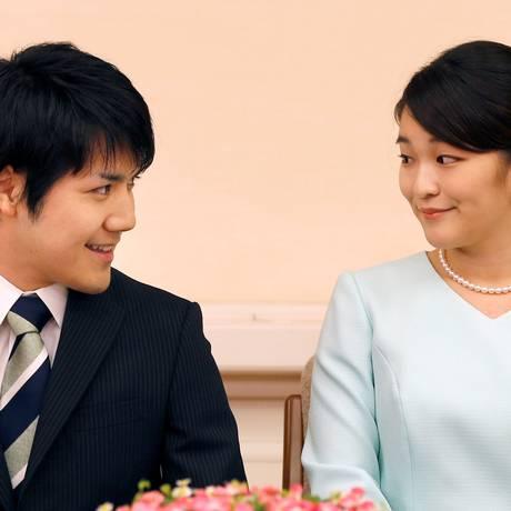 A princesa Mako, filha mais velha do príncipe Akishino, com o noivo Kei Komuro durante o anúncio do casamento Foto: POOL / REUTERS/Shizuo Kambayashi