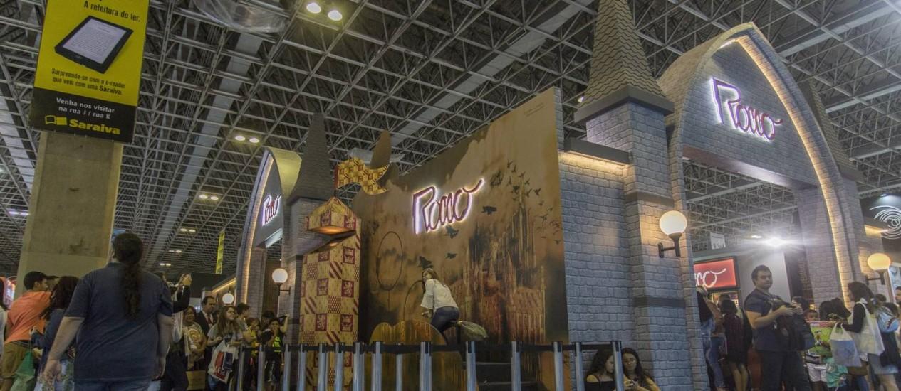 Editoras diversificam montagem de estandes para atrair os leitores Foto: Analice Paron / Agência O Globo