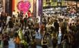Fluxo. O público no Riocentro, ontem: com menos dinheiro, visitantes compram mais livros com preços promocionais