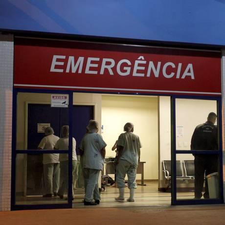 Menino de 8 anos baleado na cabeça está internado na UTI do Hospital Estadual Adão Pereira Nunes, em Saracuruna Foto: Pedro Teixeira / Agência O Globo